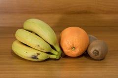 Σύνθεση φρούτων με τα πορτοκάλια και το ακτινίδιο μπανανών Στοκ φωτογραφία με δικαίωμα ελεύθερης χρήσης