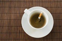 Σύνθεση φλιτζανιών του καφέ και τσιγάρων Στοκ φωτογραφία με δικαίωμα ελεύθερης χρήσης