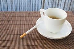 Σύνθεση φλιτζανιών του καφέ και τσιγάρων Στοκ Εικόνες