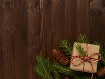 Σύνθεση Χριστουγέννων από ένα δώρο στο έγγραφο του Κραφτ και το σπάγγο και το φ Στοκ φωτογραφίες με δικαίωμα ελεύθερης χρήσης