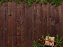 Σύνθεση Χριστουγέννων από ένα δώρο στο έγγραφο του Κραφτ και το σπάγγο και το φ Στοκ Εικόνες