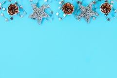 Σύνθεση Χριστουγέννων από τα παιχνίδια χριστουγεννιάτικων δέντρων Άσπρο ντεκόρ σε ένα μπλε υπόβαθρο το διάστημα αντιγράφων, επίπε στοκ φωτογραφίες