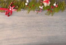 Σύνθεση Χριστουγέννων για το χρόνο Χριστουγέννων Κλάδοι του FIR και διακοσμήσεις Χριστουγέννων στο ξύλινο υπόβαθρο Επίπεδος βάλτε Στοκ φωτογραφία με δικαίωμα ελεύθερης χρήσης