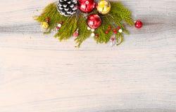 Σύνθεση Χριστουγέννων για το χρόνο Χριστουγέννων Κλάδοι του FIR και διακοσμήσεις Χριστουγέννων στο ξύλινο υπόβαθρο Επίπεδος βάλτε Στοκ Φωτογραφία