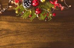 Σύνθεση Χριστουγέννων για το χρόνο Χριστουγέννων Κλάδοι του FIR και διακοσμήσεις Χριστουγέννων στο ξύλινο υπόβαθρο Επίπεδος βάλτε Στοκ εικόνες με δικαίωμα ελεύθερης χρήσης