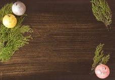 Σύνθεση Χριστουγέννων για το χρόνο Χριστουγέννων Κλάδοι του FIR και διακοσμήσεις Χριστουγέννων στο ξύλινο υπόβαθρο Επίπεδος βάλτε Στοκ Φωτογραφίες