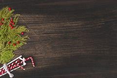 Σύνθεση Χριστουγέννων για το χρόνο Χριστουγέννων Κλάδοι του FIR και διακοσμήσεις Χριστουγέννων στο ξύλινο υπόβαθρο Επίπεδος βάλτε Στοκ Εικόνα