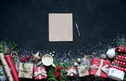 Σύνθεση Χριστουγέννων διακοσμήσεις στις μαύρες υποβάθρου Χριστουγέννων, κιβώτια, κλάδοι του δέντρου, ΚΑΠ, Santa, αστέρι Στοκ φωτογραφία με δικαίωμα ελεύθερης χρήσης