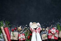 Σύνθεση Χριστουγέννων διακοσμήσεις στις μαύρες υποβάθρου Χριστουγέννων, κιβώτια, κλάδοι του δέντρου, ΚΑΠ, Santa, αστέρι Στοκ Εικόνα