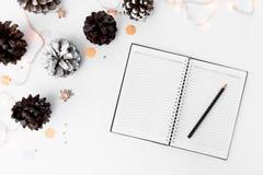 Σύνθεση Χριστουγέννων ημερολογίων για το χρόνο Χριστουγέννων κώνοι και διακοσμήσεις Χριστουγέννων στο άσπρο υπόβαθρο Στοκ Εικόνα
