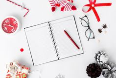 Σύνθεση Χριστουγέννων ημερολογίων Δώρο Χριστουγέννων και διακοσμήσεις Χριστουγέννων στο άσπρο υπόβαθρο Επίπεδος βάλτε τη τοπ άποψ Στοκ Φωτογραφίες