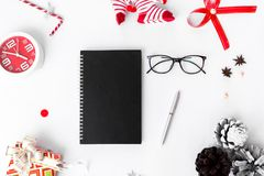 Σύνθεση Χριστουγέννων ημερολογίων Δώρο Χριστουγέννων και διακοσμήσεις Χριστουγέννων στο άσπρο υπόβαθρο Επίπεδος βάλτε τη τοπ άποψ Στοκ Εικόνα