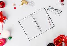 Σύνθεση Χριστουγέννων ημερολογίων Δώρο Χριστουγέννων και διακοσμήσεις Χριστουγέννων στο άσπρο υπόβαθρο Επίπεδος βάλτε τη τοπ άποψ Στοκ Φωτογραφία