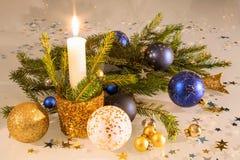 Σύνθεση Χριστουγέννων με ένα κερί Στοκ Φωτογραφίες