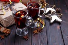 Σύνθεση Χριστουγέννων με τα κιβώτια δώρων, θερμαμένο κρασί, μπιχλιμπίδια και Στοκ εικόνα με δικαίωμα ελεύθερης χρήσης
