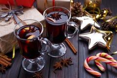 Σύνθεση Χριστουγέννων με τα κιβώτια δώρων, θερμαμένο κρασί, μπιχλιμπίδια και Στοκ Εικόνες