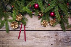 Σύνθεση Χριστουγέννων με τα μπιχλιμπίδια, τις ερυθρελάτες, τους κώνους και τα φω'τα Στοκ Φωτογραφίες