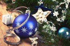 Σύνθεση Χριστουγέννων με την μπλε σφαίρα Χριστουγέννων Στοκ εικόνες με δικαίωμα ελεύθερης χρήσης