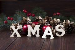 Σύνθεση Χριστουγέννων με τη διακόσμηση διακοπών Στοκ φωτογραφία με δικαίωμα ελεύθερης χρήσης