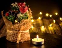 Σύνθεση Χριστουγέννων με τις διακοσμήσεις χριστουγεννιάτικων δέντρων, ένα κερί στοκ εικόνες