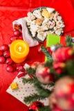 Σύνθεση Χριστουγέννων με τις σφαίρες Χριστουγέννων Στοκ Φωτογραφία