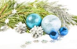 Σύνθεση Χριστουγέννων με τον κλάδο δέντρων έλατου, όμορφες μπλε σφαίρες στοκ εικόνες
