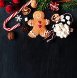 Σύνθεση Χριστουγέννων με το δώρο Χριστουγέννων, cooki ατόμων μελοψωμάτων Στοκ Εικόνες
