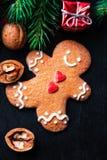 Σύνθεση Χριστουγέννων με το δώρο Χριστουγέννων, cooki ατόμων μελοψωμάτων Στοκ φωτογραφία με δικαίωμα ελεύθερης χρήσης