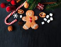 Σύνθεση Χριστουγέννων με το δώρο Χριστουγέννων, cooki ατόμων μελοψωμάτων Στοκ Φωτογραφία