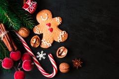 Σύνθεση Χριστουγέννων με το δώρο Χριστουγέννων, cooki ατόμων μελοψωμάτων Στοκ Εικόνα