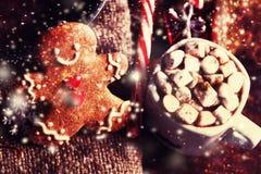 Σύνθεση Χριστουγέννων με το δώρο Χριστουγέννων, cooki ατόμων μελοψωμάτων Στοκ Φωτογραφίες