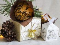 Σύνθεση Χριστουγέννων με το επιδόρπιο Χριστουγέννων και ένα δώρο στο αναδρομικό ύφος Στοκ εικόνες με δικαίωμα ελεύθερης χρήσης