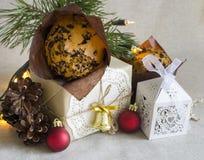 Σύνθεση Χριστουγέννων με το επιδόρπιο Χριστουγέννων και ένα δώρο στο αναδρομικό ύφος Στοκ εικόνα με δικαίωμα ελεύθερης χρήσης