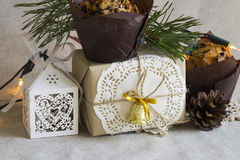 Σύνθεση Χριστουγέννων με το επιδόρπιο Χριστουγέννων και ένα δώρο στο αναδρομικό ύφος Στοκ φωτογραφίες με δικαίωμα ελεύθερης χρήσης