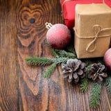 Σύνθεση Χριστουγέννων με το κιβώτιο και τις διακοσμήσεις δώρων στο παλαιό woode Στοκ φωτογραφίες με δικαίωμα ελεύθερης χρήσης