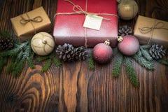 Σύνθεση Χριστουγέννων με το κιβώτιο και τις διακοσμήσεις δώρων στο παλαιό woode Στοκ Εικόνα