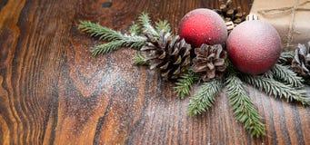 Σύνθεση Χριστουγέννων με το κιβώτιο και τις διακοσμήσεις δώρων στο παλαιό woode Στοκ Εικόνες