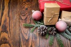 Σύνθεση Χριστουγέννων με το κιβώτιο και τις διακοσμήσεις δώρων στο παλαιό woode Στοκ φωτογραφία με δικαίωμα ελεύθερης χρήσης