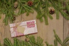 Σύνθεση Χριστουγέννων με το ροζ παρόν στο ξύλινο υπόβαθρο Στοκ εικόνες με δικαίωμα ελεύθερης χρήσης
