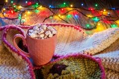 Σύνθεση Χριστουγέννων με το φλυτζάνι του κακάου και marshmallows, θερμό Κ Στοκ Εικόνες
