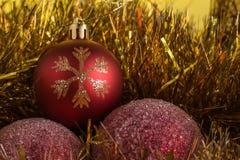 Σύνθεση Χριστουγέννων σε ένα κίτρινο υπόβαθρο μεταλλινών Στοκ εικόνες με δικαίωμα ελεύθερης χρήσης