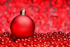 Σύνθεση Χριστουγέννων σε ένα λαμπρό μουτζουρωμένο υπόβαθρο Στοκ εικόνα με δικαίωμα ελεύθερης χρήσης