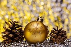 Σύνθεση Χριστουγέννων σε ένα λαμπρό μουτζουρωμένο υπόβαθρο Στοκ φωτογραφία με δικαίωμα ελεύθερης χρήσης
