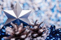 Σύνθεση Χριστουγέννων σε ένα λαμπρό μουτζουρωμένο υπόβαθρο Στοκ Εικόνες