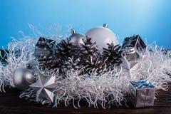 Σύνθεση Χριστουγέννων σε ένα μπλε υπόβαθρο μεταλλινών Στοκ εικόνα με δικαίωμα ελεύθερης χρήσης