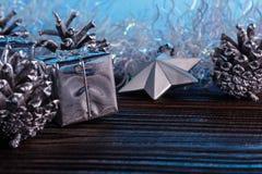 Σύνθεση Χριστουγέννων σε ένα μπλε υπόβαθρο μεταλλινών Στοκ Φωτογραφίες