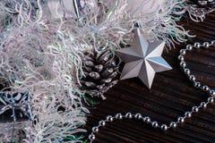 Σύνθεση Χριστουγέννων σε ένα μπλε υπόβαθρο μεταλλινών Στοκ Εικόνες