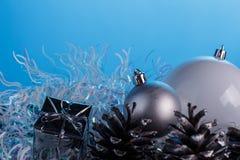 Σύνθεση Χριστουγέννων σε ένα μπλε υπόβαθρο μεταλλινών Στοκ Εικόνα