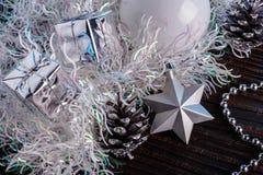 Σύνθεση Χριστουγέννων σε ένα μπλε υπόβαθρο μεταλλινών Στοκ εικόνες με δικαίωμα ελεύθερης χρήσης