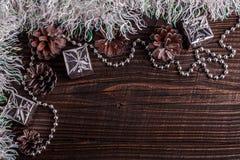 Σύνθεση Χριστουγέννων σε ένα ξύλινο αγροτικό υπόβαθρο Στοκ Εικόνες